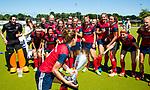 NIJMEGEN -   Eva den Hartog (Huizen) met beker en het team   na   de tweede play-off wedstrijd dames, Nijmegen-Huizen (1-4), voor promotie naar de hoofdklasse.. Huizen promoveert naar de hoofdklasse.  COPYRIGHT KOEN SUYK