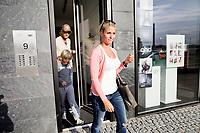 Frederik Fetterlein og Charlotte Damberg og Fetterleins s&oslash;n Tobias (10) fra et tidligere &aelig;gteskab i lejligheden p&aring; Islands Brygge.<br /> <br /> <br /> Foto: Jens Panduro