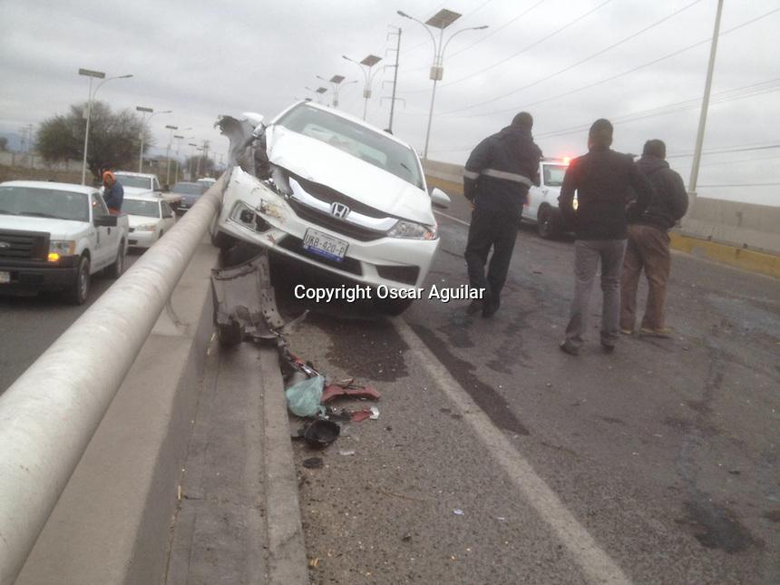 Querétaro, Querétaro.-10 de febrero de 2016.- Seis vehículos involucrados en una carambola en la carretera al aeropuerto; al menos 3 personas resultaron con lesiones menores una de ellas fue trasladada al hospital para su valoración médica los vehículos fueron retirados por parte de elementos de la Policía Estatal y municipal de Colón.