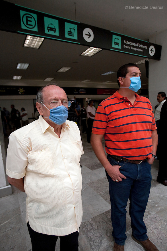 April 26, 2009 - Airport, Mexico City, Mexico - A family waits for a visitor at the Mexico City airport. they wear surgical masks to protect themselves from the swine Flu. Photo credit: Benedicte Desrus / Sipa Press