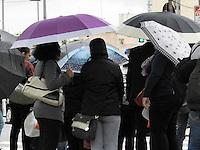 SAO PAULO, SP, 25.09.2013 - CLIMA TEMPO SAO PAULO - Populares se protegem de forte garoa na Avenida Faria Lima no bairro de Pinheiros regiao oeste de Sao Paulo, nesta quarta-feira, 25. (Foto: Mauricio Camargo / Brazil Photo Press).
