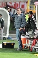BOGOTA - COLOMBIA - 01-03-2015: Jaime de la Pava, tecnico Cortulua, da instrucciones a los jugadores durante partido por la fecha 7 entre Independiente Santa Fe y Cortulua de la Liga Aguila I-2015, en el estadio Nemesio Camacho El Campin de la ciudad de Bogota. / Jaime de la Pava, coach of Cortulua, gives instuctions to the players during a match of the 7 date between Independiente Santa Fe and Cortulua for the Liga Aguila I -2015 at the Nemesio Camacho El Campin Stadium in Bogota city, Photo: VizzorImage / Luis Ramirez / Staff.
