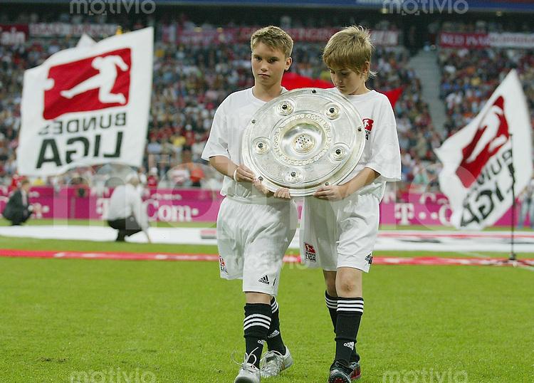 Fussball 1. Bundesliga 2005/2006 1. Spieltag FC Bayern Muenchen 3-0 Borussia Moenchengladbach Saisoneroeffnung der DFL Bundesliga zwei Kids mit Meisterschale
