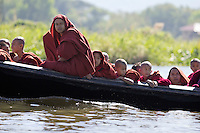 Myanmar, (Burma), Shan State, Inle Lake: Buddhist monks travelling by boat on Inle Lake | Myanmar (Birma), Shan Staat, Inle See: Moenche in einem Boot auf dem Inle See