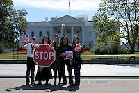4415 / Friedensdemo: AMERIKA, VEREINIGTE STAATEN VON AMERIKA, WASHINGTON DC, (AMERICA, UNITED STATES OF AMERICA), 04.09.2006: Friedensdemonstranten vor dem White House, Stop