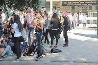 SÃO PAULO,SP, 10.08.2015 - PROTESTO-SP - Alunos da Escola E.E. Alexandre Von Humboldt ,rede pública de ensino,fazem protesto na Marginal tietê sentido Ayrton Senna na manhã desta segunda-feira (10). Segundo informações preliminares o ônibus fretado que fazia o transporte desses alunos foi retirado prejudicando grande parte desses alunos, a polícia Militar e o CET foram acionados para controlar o trânsito que foi prejudicado no local.( Foto Marcio Ribeiro / Brazil Photo Press)