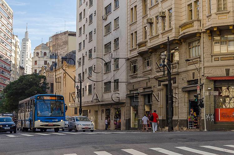 Centro de São Paulo e o Edifício Altino Arantes  ao fundo, conhecido como Banespa,  São Paulo - SP, 01/2014.