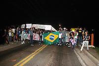 SANTANA DE PARNAIBA, SP, 19 DE JUNHO DE 2013 - PARALISACAO - Manifestantes vao a rua para fazer protesto aderindo o movimento Passe Livre, pedindo fim a corrupcao e mas saude, seguranca e escola,os manifestantes percorrerao o centro da cidade de Santana de parnaiba na zona oeste da capital paulista. (FOTO: DENIS OLIVEIRA / BRAZIL PHOTO PRESS).