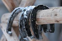 RUMAENIEN, 02.2006, Cirta bei/close to Miercurea-Ciuc. Pferdehaltung auf dem Dorf: Hufeisen. Pferde werden bis heute als Nutz- und Zugtiere eingesetzt. | Village horsekeeping Horse shoes. Horses are until today used as productive livestock for work and cart-pulling..© Andreea Tanase/EST&OST.