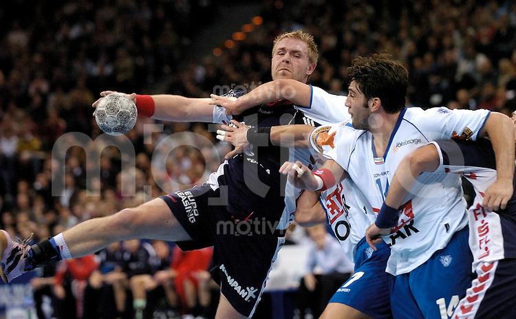 Handball Herren, 1.Bundesliga 2004/2005 Color Line Arena Hamburg (Germany) HSV Hamburg - SG Flensburg/Handewitt (28:22) mitte Joachim Boldsen (Flensburg) am Ball, rechts Gille Bertrand (HSV)