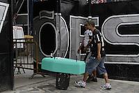 ATENCAO EDITOR: FOTO EMBARGADA PARA VEICULOS INTERNACIONAIS - SAO PAULO, SP, 19 DE NOVEMBRO 2012 - GAVIOES COMEMORA REBAIXAMENTO DO PALMEIRAS - Na quadra da gavioes, torcedores da fiel comemoram queda do palmeiras com samba e churrasco. Tres caixaoes verdes foram  utilizados para decorar a faixada da quadra, na tarde dessa segunda-feira, 19, bairro Bom retiro, zona central da capital   - FOTO LOLA OLIVEIRA - BRAZIL PHOTO PRESS