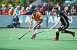 BLOEMENDAAL   - Hockey -  Glenn Schuurman (Bldaal) met Mirco Pruyser (A'dam)  . 3e en beslissende  wedstrijd halve finale Play Offs heren. Bloemendaal-Amsterdam (0-3).     Amsterdam plaats zich voor de finale.  COPYRIGHT KOEN SUYK
