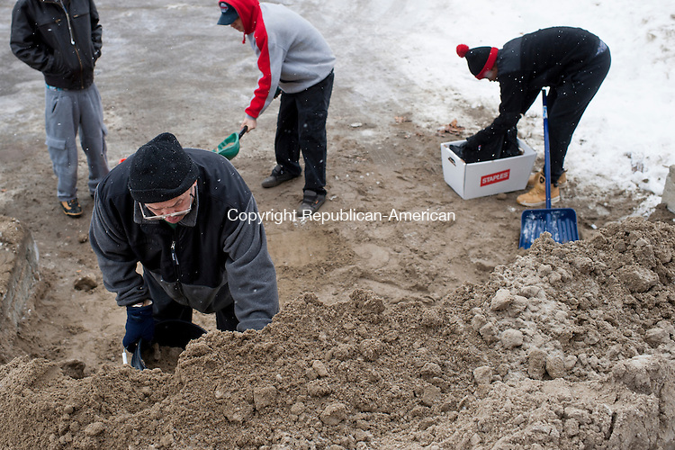 WATERBURY, CT-26 January 2015-012615EC05-   Waterbury residents line up to fill containers with free sand offered by the Department of Public Works on East Aurora Street Monday. Erin Covey Republican-American