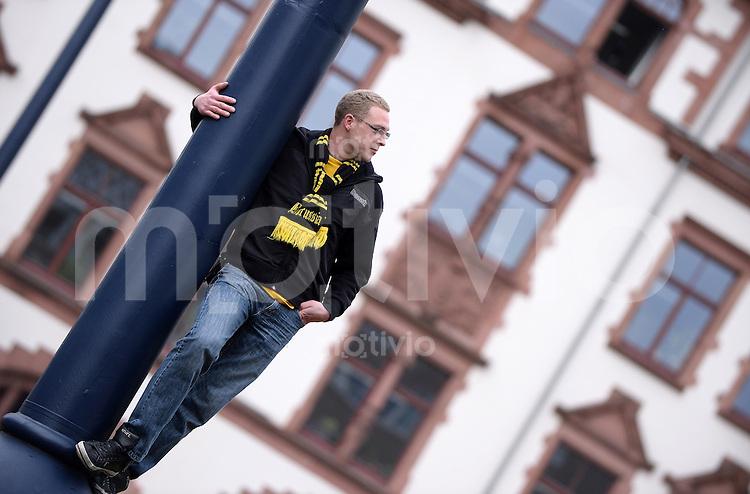 FUSSBALL  CHAMPIONS LEAGUE  SAISON 2012/2013  FINALE  PUBLIC VIWEING: Borussia Dortmund - FC Bayern Muenchen  25.05.2013 Ein Fan Borussia Dortmund fiebert am Friedensplatz mit ihrer Mannschaft