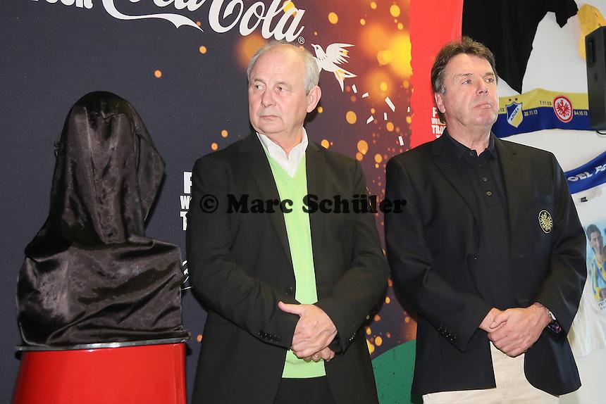 Weltmeister 1974 Bernd Hölzenbein  und Vorstandsvorsitzender Heribert Bruchhagen bei der Verabschiedung des WM-Pokals nach Brasilien- Eintracht Frankfurt verabschiedet den WM Pokal