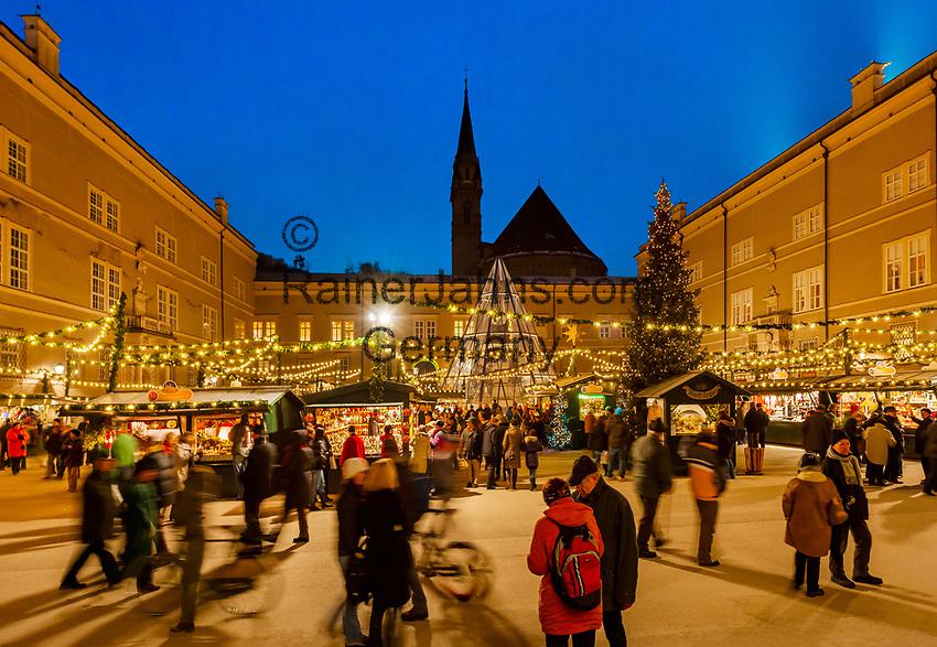 Oesterreich, Salzburger Land, Salzburg: Christkindlmarkt am Domplatz neben der Neuen Residenz | Austria, Salzburger Land, Salzburg: Christmas Fair at Old Town, Cathedral Square