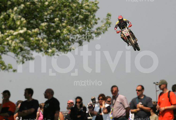 Erfurt , 210405 , Motocross Weltmeisterschaft  Marko Kovalainen (FIN , Honda) aufgenommen im Teutschenthaler Talkessel waehrend des Rennen der MX1 Klasse, Fans, Zuschauer, Begeisterung, Massen.