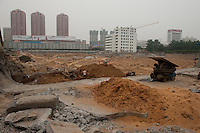 Daytime landscape view of a commercial building construction site in the Guǎnchéng Huízú Qū of Zhengzhou in Henan province.  © LAN