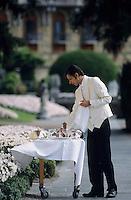 Europe/Italie/Lac de Come/Lombardie/Cernobbio : Villa d'Este (XVI°) - Le personnel dresse les tables du restaurant en terrasse
