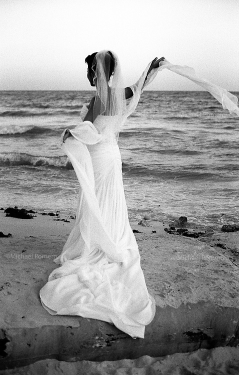 02.2012  Cancun (Mexico)<br /> <br /> S&eacute;ance photo avec une mari&eacute;e au bord de mer.<br /> <br /> Photo shoot with a bride at the seaside