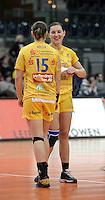 1. Bundesliga Handball Frauen - Punktspiel HC Leipzig (HCL) : DJK / MJC Trier - Arena Leipzig - im Bild: HCL Damen - Ania Rösler und Karolina Kudlacz (r.). Foto: Norman Rembarz ..