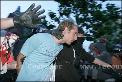 """Genève, le 01.06.2003.Manifestation anti-g8. Un manifestant suspecté de casse à été arrêté par la police, après avoir investi """"l'Usine"""" lieu de la culture alternative à Genève..© Jean-Patrick Di Silvestro"""