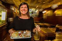 Italie, Vénétie, Venise:  Bar à cicchetti:  Service à l' Osteria da Codroma, Sestiere dorsoduro, fondamenta briati  // Italy, Veneto, Venice: