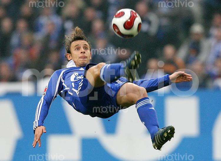 Fussball  1. Bundesliga  Saison 2006/2007 RAFINHA (FC Schalke 04), Einzelaktion am Ball