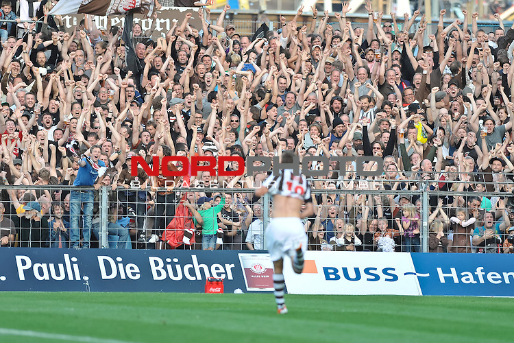 05.08.2011,  Millerntor-Stadion, Hamburg, GER, 2. FBL, 1.FC St.Pauli (GER) vs Alemania Aachen (GER), im Bild Max Kruse (Hamburg #18) schiesst das 3-1 fuer Pauli und jubelt mit den Zuschauern<br /> // during match at Millerntor-Arena 2011/08/05, Hamburg    Foto &copy; nph / Witke *** Local Caption ***