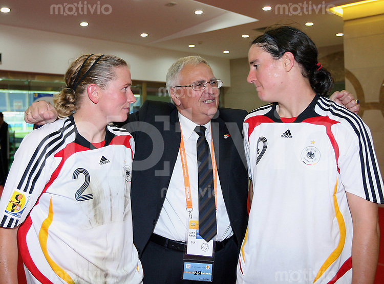 Fussball International Frauen WM China 2007 Halbfinale Deutschland 3-0 Norwegen Germany 3-0 Norway JUBEL GER; DFB Praesident Dr. Theo Zwanziger (mitte) umarmt Birgit Prinz (re) und Kerstin Stegemann