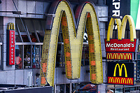 USA, New York City, Manhattan, Time square at crossing Broadway und Seventh Avenue, Mc Donald´s fastfood restaurant