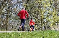 Nederland Amsterdam 2017 . Vader rent met zoon op een fietsje bij het Science Park.  Foto Berlinda van Dam / Hollandse Hoogte