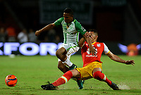 MEDELLÍN - COLOMBIA - 29 - 03 - 2017: Andres Ibargüen (Izq.) jugador de Atlético Nacional disputa el balón con Yeison Gordillo (Der.), jugador de Independiente Santa Fe, durante partido aplazado de la fecha 1, entre Atletico Nacional y el Independiente Santa Fe, por la Liga Águila I 2017, jugado en el estadio Atanasio Girardot de la ciudad de Medellín. / Andres Ibargüen (L) player of Atletico Nacional vies for the ball with Yeison Gordillo (R), player of Independiente Santa Fe, during a match of the date 1 between Atletico Nacional and Deportivo Independiente Medellin for the Aguila League I 2017, played at Atanasio Girardot stadium in Medellin city. Photo: VizzorImage / León Monsalve / Cont.