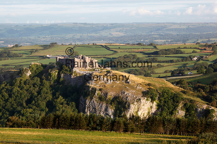 United Kingdom, Wales, Carmarthenshire, near Llandeilo: Carreg Cennen Castle in Brecon Beacons National Park | Grossbritannien, Wales, Carmarthenshire, bei Llandeilo: Carreg Cennen Castle im Brecon Beacons National Park