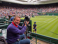 24-06-13, England, London,  AELTC, Wimbledon, Tennis, Wimbledon 2013, Day one, Henk Koster op centercourt(NED)<br /> <br /> <br /> <br /> Photo: Henk Koster