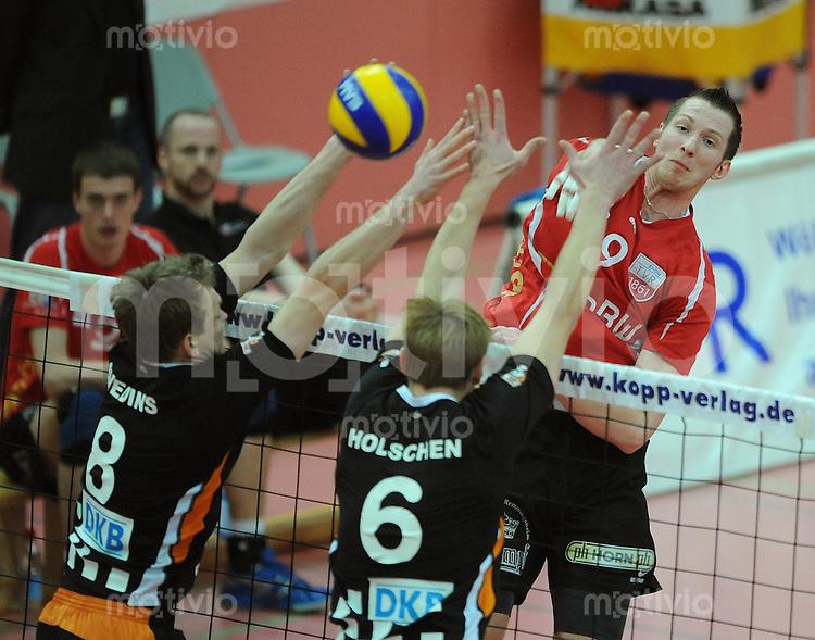 Volleyball  1. Bundesliga  Play Off Viertelfinale   2009/2010  31.03.2010 ENBW TV Rottenburg -  SSC Berlin Falko Steinke (re, TVR) gegen Janis Smedins  (li, SCC Berlin)  und Malte  Holschen (Mitte, SCC Berlin)