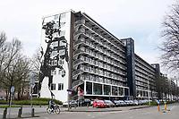 Nederland - Amsterdam- april 2018.  Flat De Boel op de Zuidas. Op de benedenverdieping zijn bedrijven gevestigd.   Foto Berlinda van Dam / Hollandse Hoogte
