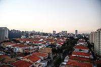 SAO PAULO, SP, 16 DE JULHO DE 2013. CLIMATEMPO CAPITAL SAO PAULO. Fim de tarde no bairro do Butantã na zona oeste de São Paulo. Esta terça feira foi um dia claro e com alto índice de poluição no ar. FOTO ADRIANA SPACA/BRAZIL PHOTO PRESS
