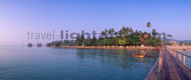 www.travel-lightart.com, ©Paul J. Trummer, Asia, Chalong Bay, Countries, Country, Geography, island, islands, Phuket, Thailand, Asien, Chalong Bucht, Geografie, insel, Inseln, Länder, Siam, Staat, Staaten, Hafen, Hafenanlage, Hafenanlagen, Kai, kais, Örtlichkeiten, Pier, harbour, harbours, localities, maritime, quayside, bodies of water, body of water, Indean Ozean, landscape, landscape form, landscape forms, landscapes, ocean, oceans, ozeans, sea, seas, Gewässer, Indian ozean, Indischer Ozean, Landschaft, Landschaftsform, Landschaftsformen, Meer, Meere, Ozeane, Andamanensee, Andaman Sea, botanic, botany, deciduous tree, deciduous trees, living being, nature, palm tree, palm trees, plant, plants, Baum, Bäume, Botanik, Flora, Laubbäume, Lebewesen, Natur, Palme, Palmen, Pflanze, Pflanzen, Vegetation, Küste, Küsten, Küstenlandschaft, coast, coastal landcsapes, coastline, coastlines, coasts, footbridge, footbridges, badesteg, badestege, Holzsteg