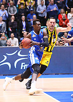 Isaac Bonga (Fraport Skyliners) gegen Adam Waleskowski (MHP Riesen Ludwigsburg) - 04.02.2018: Fraport Skyliners vs. MHP Riesen Ludwigsburg, Fraport Arena Frankfurt