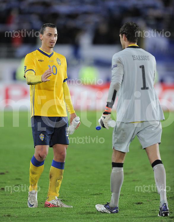 FUSSBALL INTERNATIONAL  EM 2012-Qualifikation  Gruppe E  07.10.2011 Finnland - Schweden Zlatan Ibrahimovic (li, Schweden) und Torwart Andreas Isaksson (Schweden)