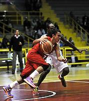 BOGOTA - COLOMBIA: 21-03-2014: Jorry Down (Der.) jugador de Guerreros, disputa el balón con Rodrigo Caicedo (Izq) jugador de Condores, durante partido entre Guerreros de Bogota y Condores de Cundinamarca por la quinta fecha de la Liga Directv Profesional de Baloncesto I en partido jugado en el Coliseo El Salitre de la ciudad de Bogota. / Jorry Down (R) player of Guerreros, fights for the ball with Rodrigo Caicedo (L) players of Condores, during a match between Guerreros de Bogota and Condores of Cundinamarca for the fihth date of La Liga Directv Profesional de Baloncesto I, game at the El Salitre Coliseum in Bogota City. Photo: VizzorImage / Luis Ramirez / Staff.