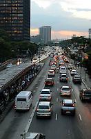 SÃO PAULO, SP, 07 DE FEVEREIRO DE 2012 - TRANSITO - Trânsito na Avenida Rebouças, zona sul da capital, no fim da tarde desta terça-feira. FOTO: ALEXANDRE MOREIRA - NEWS FREE.