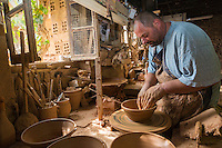 France, Aude (11),  Mas-Saintes-Puelles, Poterie Not, poterie traditionnelle. fabrication des cassoles, plat destiné à la préparation du cassoulet, qui résiste à forte température. //France, Aude, Mas Saintes Puelles, Not Pottery, traditional pottery. manufacturing Cassoles dish for stew cassoulet, which resists high temperature.  (Auto N° 2014-169 et N°2014-170)