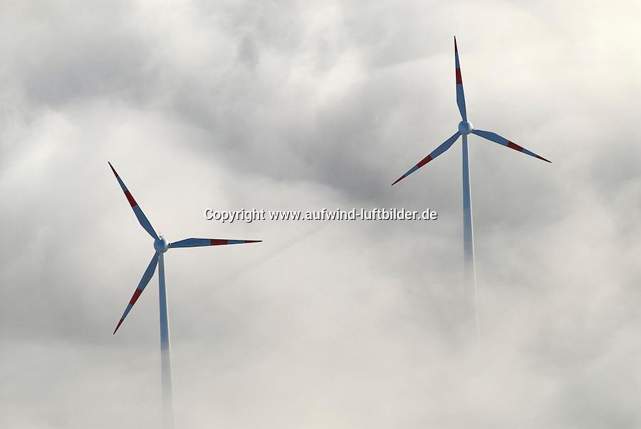 4415/Windkraftanlage : EUROPA, DEUTSCHLAND, HAMBURG 25.12.2005:Windkraftanlagen auf dem Shell-Raffinerie Gelaende, Hamburg Harburg.  Im Herbst 2000 wurden auf dem Gelaende der Shell Raffinerie Hamburg-Harburg zwei Windkraftanlagen in Betrieb.genommen..In 98 m Hoehe wird Wind in jeweils 1,8 Megawatt Leistung umgewandelt. Die erzeugte Strommenge entspricht dem Verbrauch von ca. 2.500 newpower-Kunden in Hamburg..Die beiden Enercon E-66 Windkraftanlagen mit einem Rotordurchmesser von 70 m stehen auf der Nordspitze des Raffineriegelaendes, also weit entfernt von Wohngebieten. Damit sind Geraeuschbelaestigungen und.Schattenwurf für Anwohner ausgeschlossen. Die beiden Windkraftanlagen schauen aus dem Bodennebel heraus..Luftbild, Luftansicht