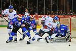 v.l. Mannheims David Wolf (Nr.89), Schwenningens Dominik Bohac (Nr.86), Schwenningens Jussi Timonen (Nr.46), Mannheims Andrew Desjardins (Nr.84), Schwenningens Dustin Strahlmeier (Nr.34)  beim Spiel in der DEL, Schwenninger Wild Wings (blau) - Adler Mannheim (weiss).<br /> <br /> Foto &copy; PIX-Sportfotos *** Foto ist honorarpflichtig! *** Auf Anfrage in hoeherer Qualitaet/Aufloesung. Belegexemplar erbeten. Veroeffentlichung ausschliesslich fuer journalistisch-publizistische Zwecke. For editorial use only.