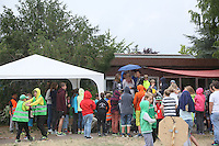 Viele Bürger kommen trotz Regen zur ersten Eheschließung in Sonnenstadt zwischen Lukas und Lilli
