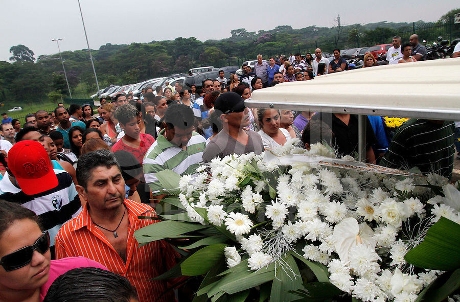 SÃO PAULO,SP 27 FEVEREIRO 2012 ENTERRO GAROTO JET SKY<br /> Familiares do garoto Mitchel de Carvalho que morreu no domingo em uma acidente de jet sky em uma represa dentro do Clube Náutico Tahit durante o enterro realizado na terde de hoje no cemiterio da vila formosa na zona leste.FOTO ALE VIANNA/BRAZIL PHOTO PRESS.