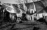 BITTERFELD / GERMANIA EST / DDR - 1990.PANNI STESI NEI PRESSI DI UNA FABBRICA. BITTERFELD ERA UNO DEI CENTRI INDUSTRIALI PIU' IMPORTANTI DELLA DDR. I GRANDI IMPIANTI CHIMICI E LA MINIERA DI LIGNITE PROVOCAVANO UN ALTISSIMO TASSO D'INQUINAMENTO CHE PRODUCEVA PESANTI DANNI ALLA SALUTE DELLA POPOLAZIONE..FOTO LIVIO SENIGALLIESI..BITTERFELD / EAST GERMANY / DDR - 1990.During the GDR years, it gained notoriety for its chemical industry complex which caused remarkably severe pollution, even by GDR standards. .Photo Livio Senigalliesi.