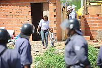 SAO PAULO, SP, 21.10.2013 -REITEGRAǘAO DE POSSE - Policia militar cumpre uma reitegração de posse em Ermelindo Matarazo Zon Leste de São Paulo-  Adriano Lima / Brazil Photo Press)